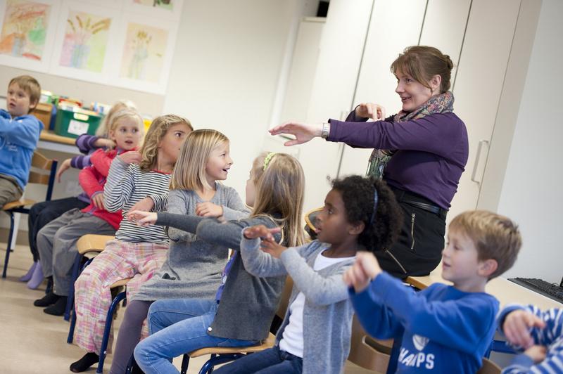 Billede: Nederst ses projektleder Heidi Kudahl på skolebesøg i sin rolle som sangkonsulent